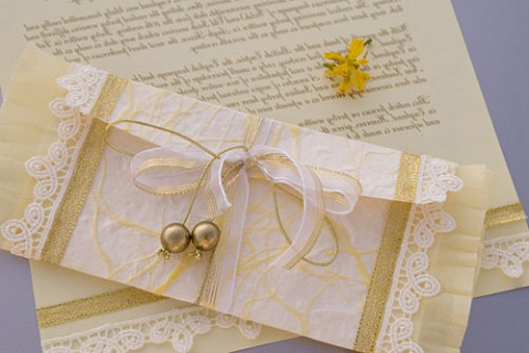 Розы из гофрированной бумаги и конфет своими руками фото