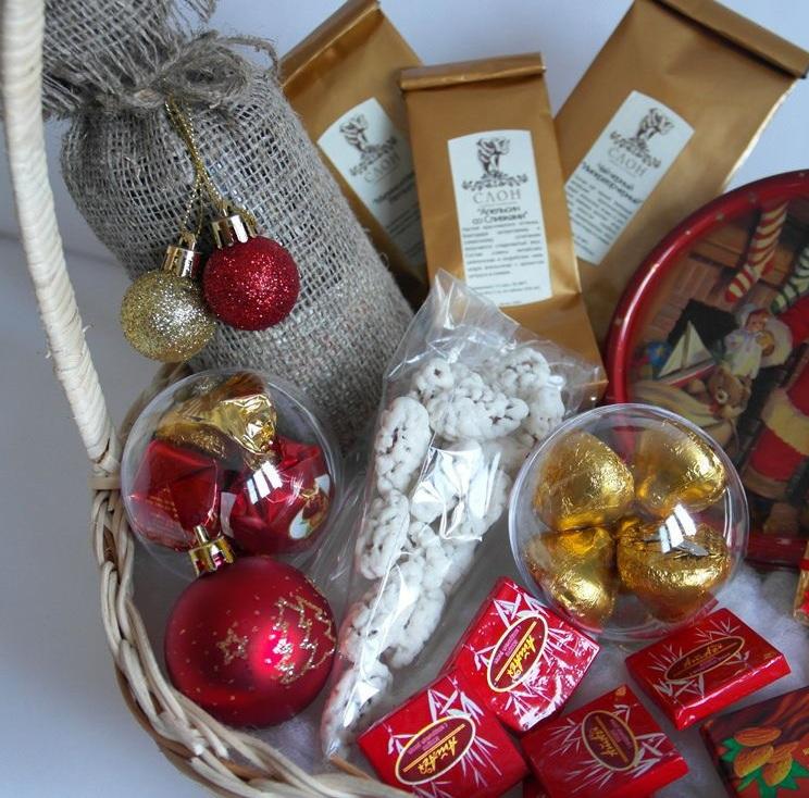 Новогодние подарки в корзине 7