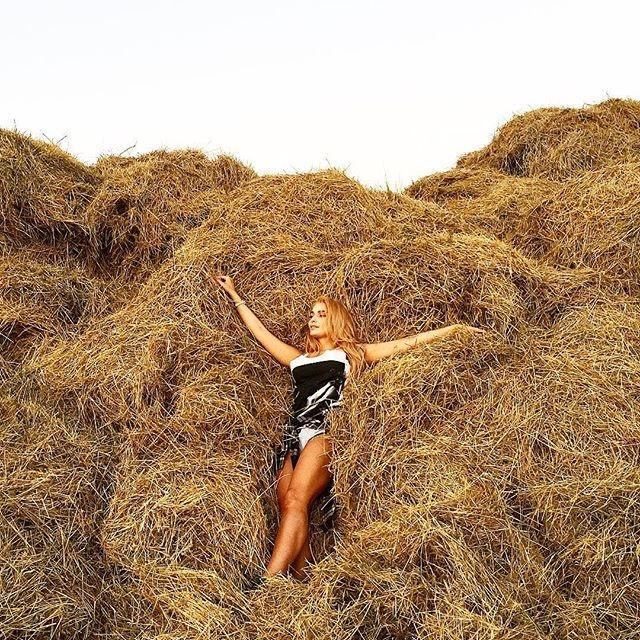 Татьяна Котова на сеновале