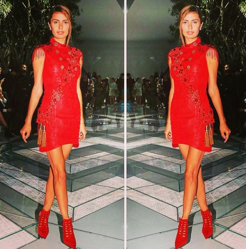 Боня виктория красное платье